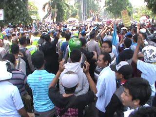 Demo Buruh Ricuh, Polisi Pukul Mundur Pendemo