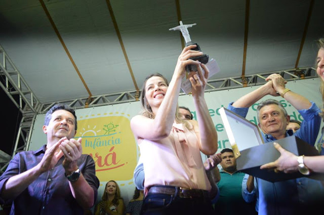 Primeira-dama do Ceará, Onélia Leite e o prefeito Nenem do Cazuza ao lado da primeira-dama do município, Ana Tereza, inauguram brinquedopraça em Ipueiras