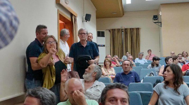 Ελληνίδα έκανε ντου σε ομιλία ΣΥΡΙΖΑ στην Λάρισα (Βίντεο) Προσβάλλετε τους νεκρούς προγόνους μας