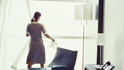 خادمة  تسلب سيدة بعد دخولها منزلها بثلاث دقائق