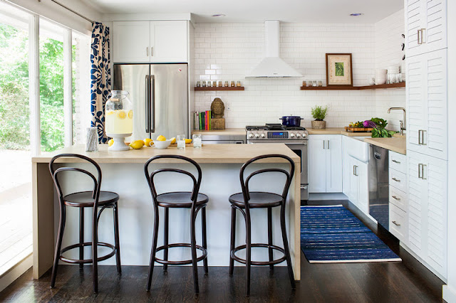 cozinha com prateleira  armarios brancos piso madeira escura eletrodomesticos inox
