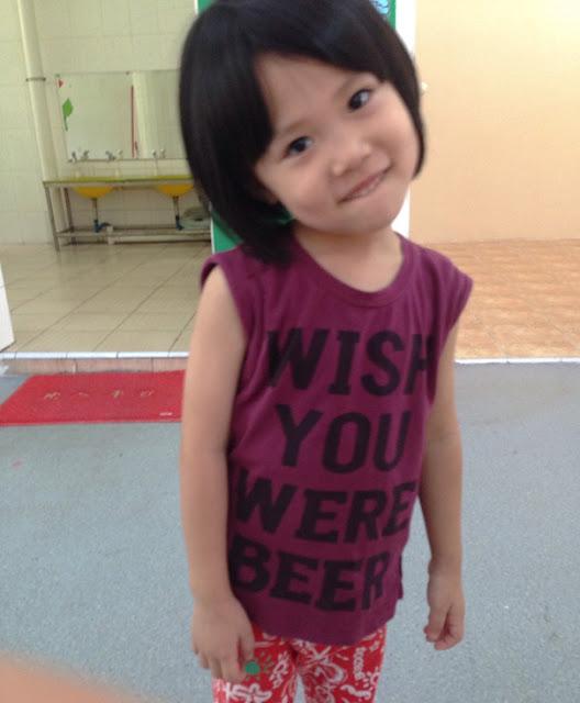 Baju kaos seorang anak TK Di Cina. Bir?