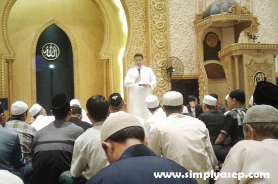 SEMANGAT : Mas Rendy Saputra dengan penuh keyakinan menyampaikan kajiannya tentang kebangkitan umat Islam kepada Jamaah Subuh Akbar Kalbar di Masjid Raya Mujahidin (13/9) kemarin. Foto Asep Haryono