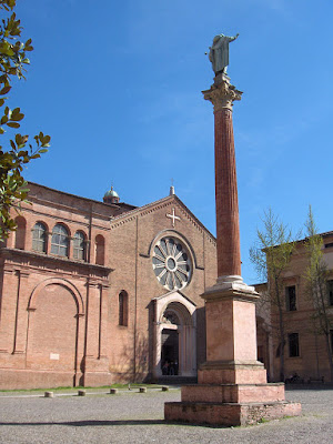 A photo of the front courtyard at the Basilica of St. Dominic, Bologna, Italy