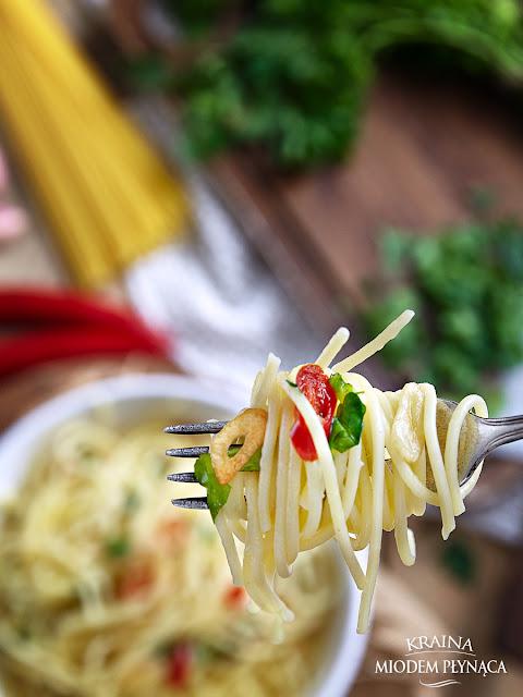 makaron z sosem, makaron z oliwą, spaghetti z sosem, spaghetti z oliwą, proste danie z makaronu, szybkie danie z makaronem, makaron z papryczką chili, makaron z czosnkiem, spaghetti aglio e olio, dania z makaronem, kraina miodem płynąca