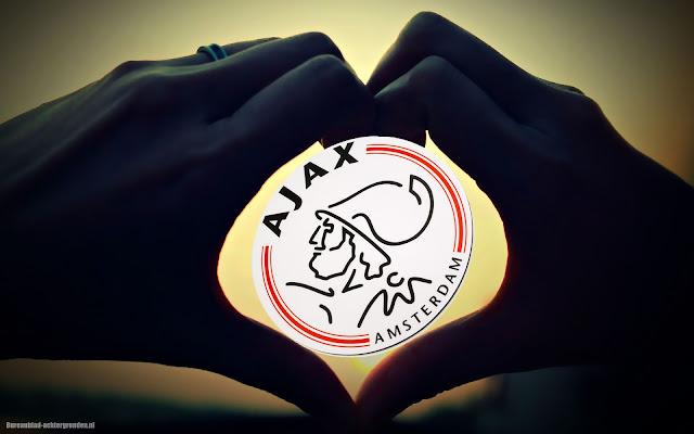 Ajax logo en handen in de vorm van een liefdes hartje