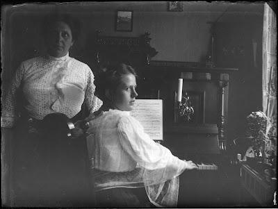 Am Klavier - Foto zweier Frauen - 1910-1930