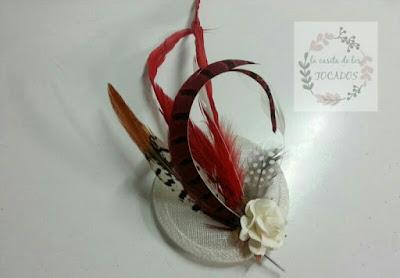 tocado personalizado para boda con base de sinamay y plumas variadas