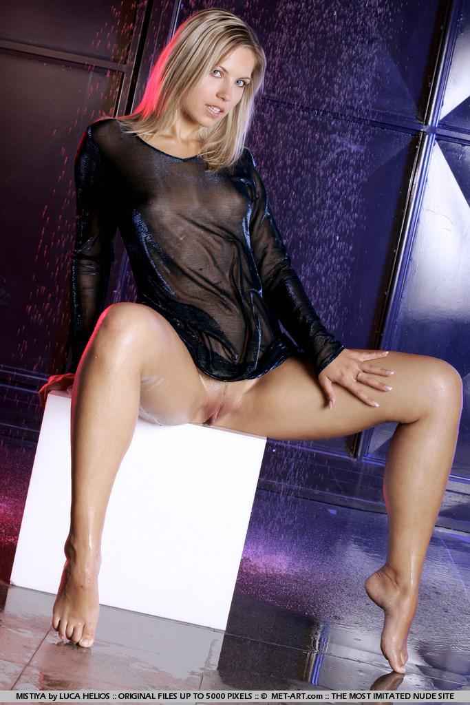 Голая блондинка в мокрой одежде
