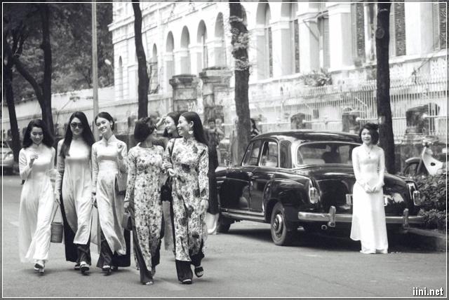 Những cô gái trang phục áo dài đi ngoài phố Sài Gòn xưa
