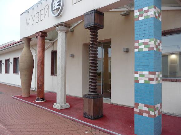 Шабо. Центр культуры вина. Музей. Пять колонн у входа