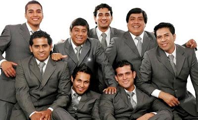 Foto de la Orquesta Hermanos Yaipén posando para sus fans