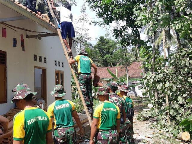Prajurit Kostrad, Bantu Perbaiki Rumah Warga Terkena Angin Puting Beliung di Banjar