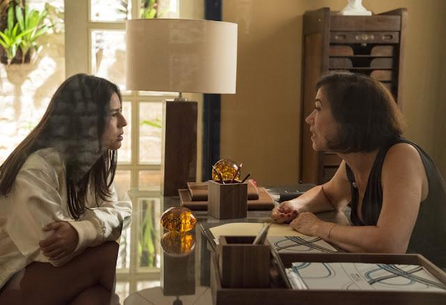 Em 'O Sétimo Guardião', Laura garante para Valentina que passou a noite com Gabriel — Foto: Estevam Avellar/Globo