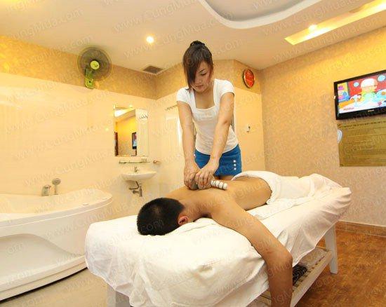 Cửa hàng kinh doanh của chàng trai cuốn theo cô gái làm massage