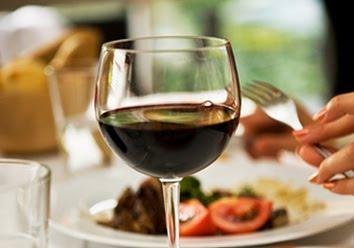 «Σύμμαχος» των διαβητικών το κρασί με το βραδινό φαγητό