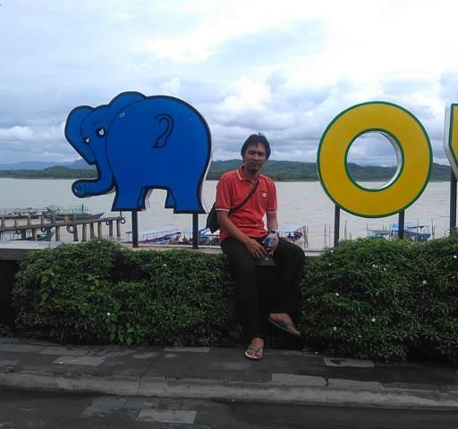 Narsis Bersama Bokong Gajah