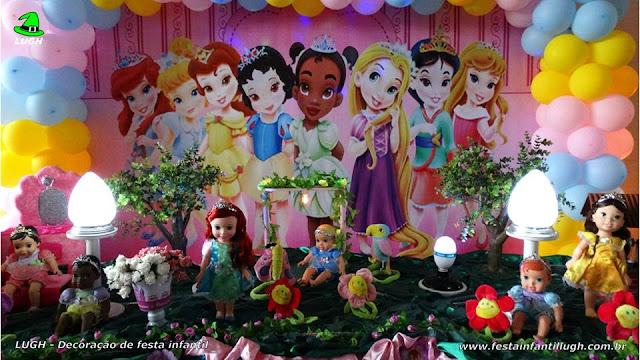 Mesa do bolo decorada com as Princesas Baby Disney
