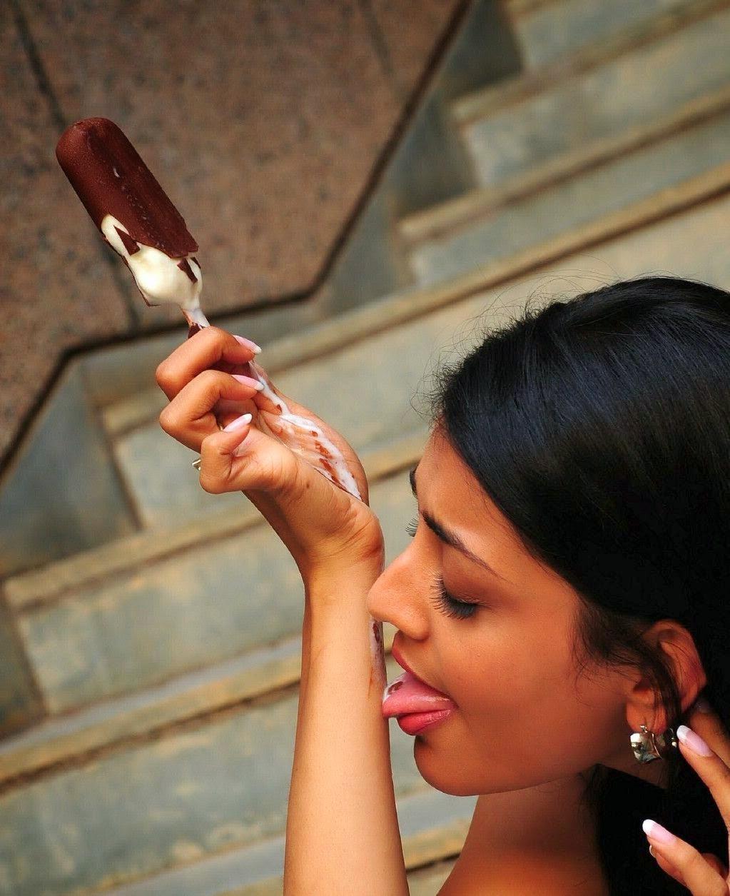 Kajal Aggarwal - A South Indian Actress Hot pics in Saree eating Icecream