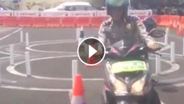 VIDEO: Tidak Lulus-Lulus SIM C, Ibu Ini Tantang Polisi Untuk Mempraktekkannya, Begini Akhirnya
