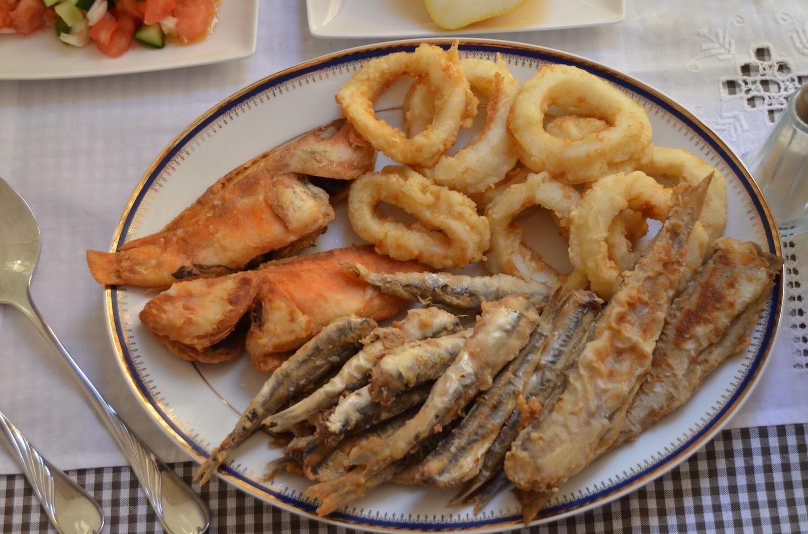Fritura De Pescado Y Pipirrana Andaluza Cuchillito Y Tenedor