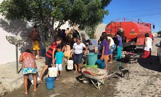 Doméstica divide com vizinhos água de carro-pipa que ganhou de presente após desabastecimento