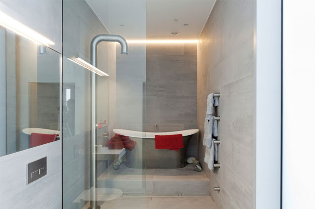 Picture of silver bathtub in the modern bathroom