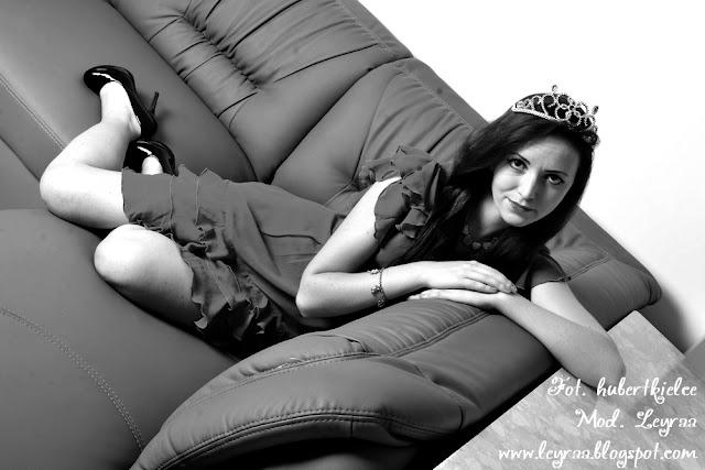 2.11.16 Śliwkowa sukienka Tiara czarne szpilki sesja pokój
