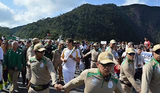 O atleta Gustavo Alves, de Teresópolis, encerra o revezamento no Soberbo