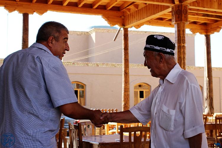 Le Chameau Bleu - Blog Voyage Ouzbékistan - Poignée de main ouzbek