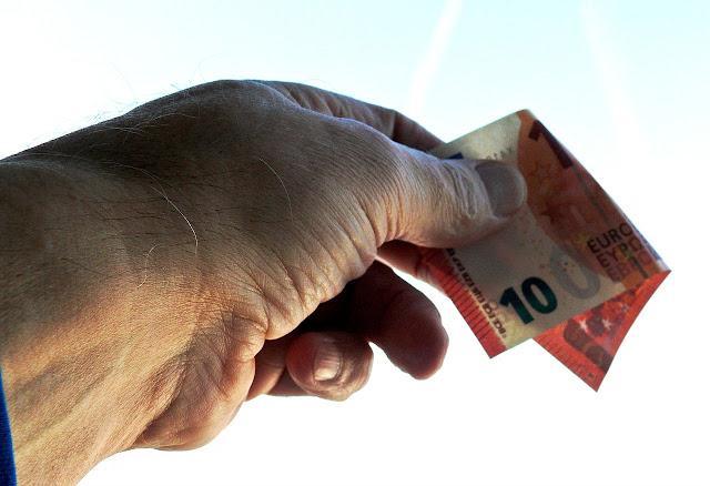 Νόμος Αχτσιόγλου: Πόσα ευρώ μείωση θα δουν τα στελέχη στον μισθό τους