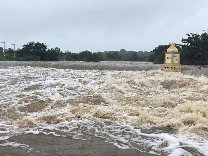 Nível do Rio Coreaú sobe, e água começa a invadir ruas de Granja