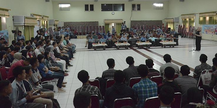 """Bupati Karawang dr. Cellica Nurrachadiana membuka secara langsung kegiatan Bimbingan dan Pelatihan """"SMK Pasti Bisa""""."""
