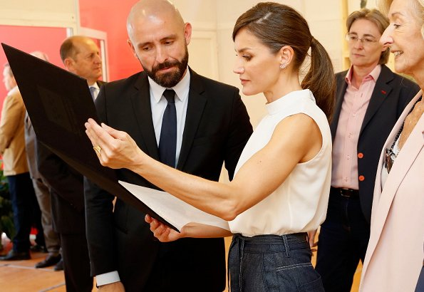 Queen Letizia wore Hugo Boss Exina sleeveless top, and the queen wore Hugo boss denim skirt jeans at opening book fair