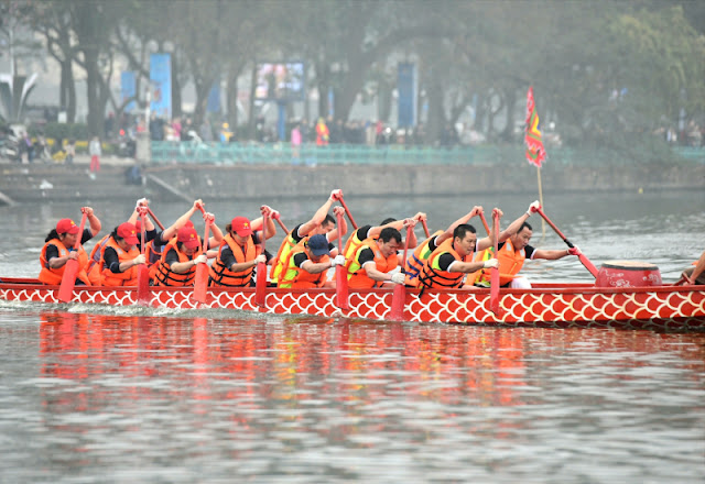 The first dragon boat race on Hanoi's giant lake 1