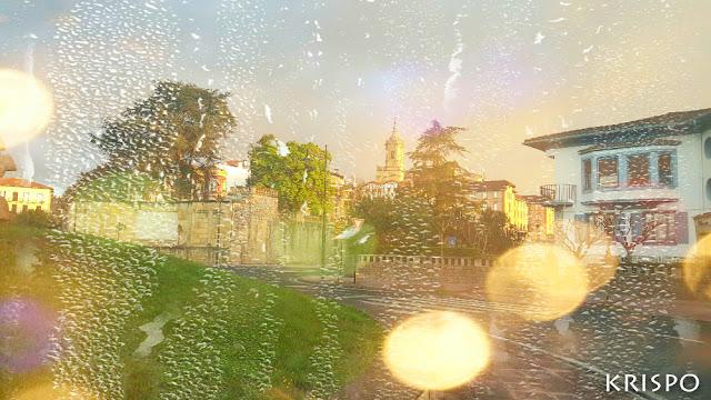 amanecer en hondarribia a través de una ventana con gotas de lluvia