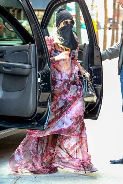 Lady Gaga cubre rostro en ciudad
