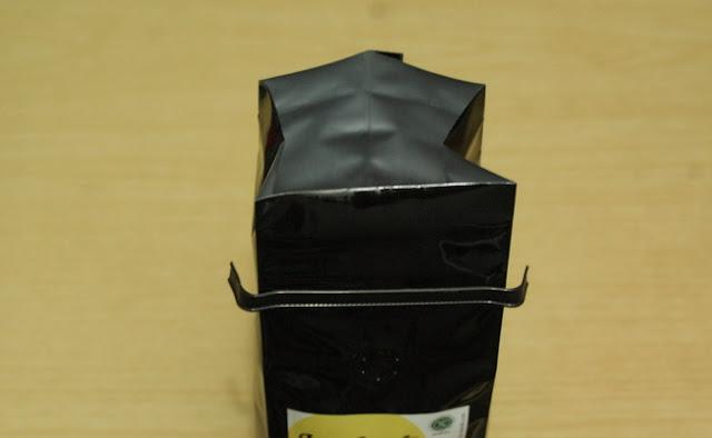2. Untuk menyeduh kopi, buka kemasan lalu ambil kopi seperlunya sesuai kebutuhanmu.