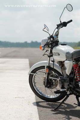 Meminjam Motor Untuk Foto-foto