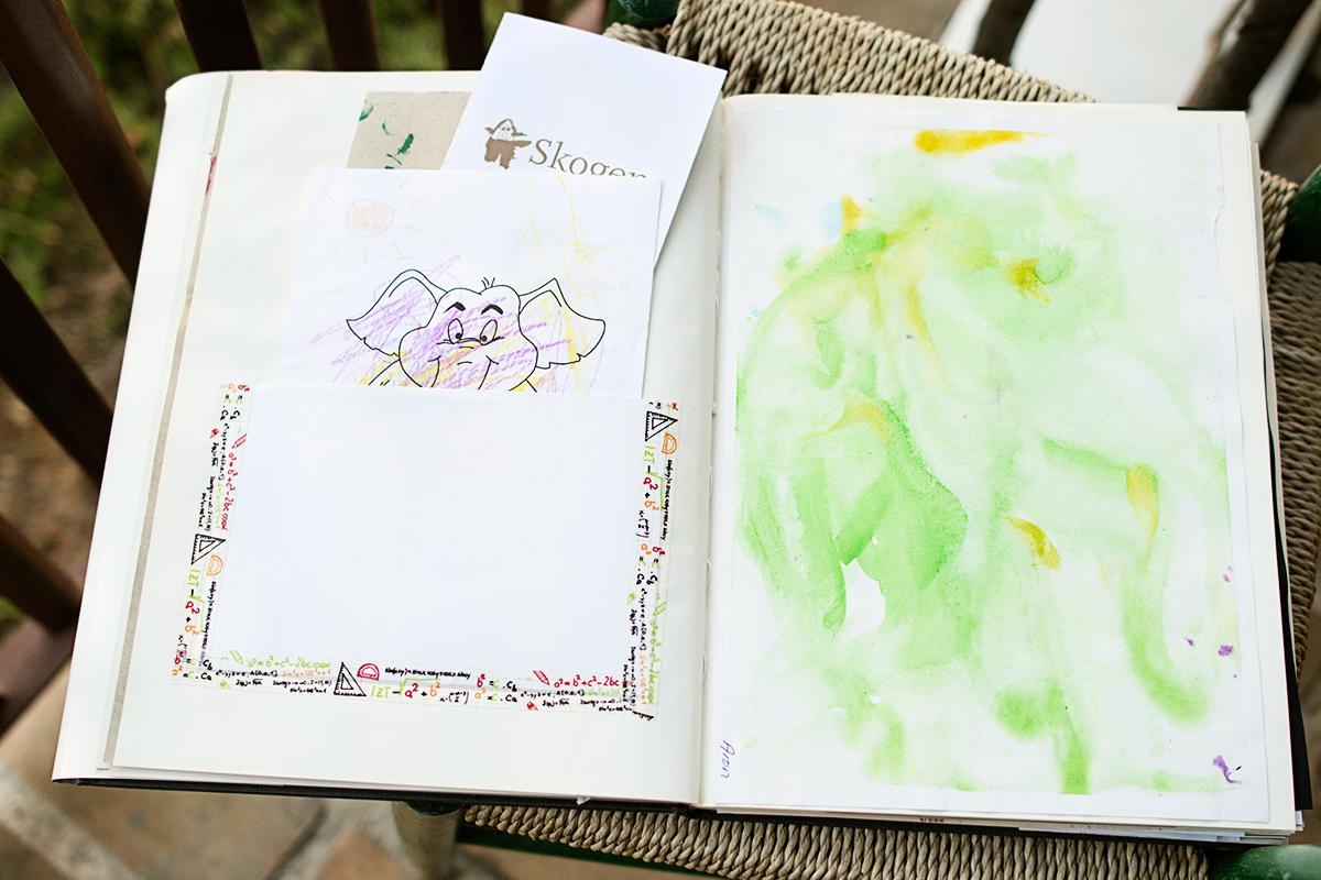 En loppisbok med ficka för förvaring av barnens kort
