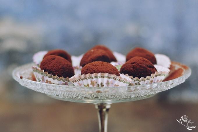 Oreo Trüffel-Pralinen auf einem Glasteller