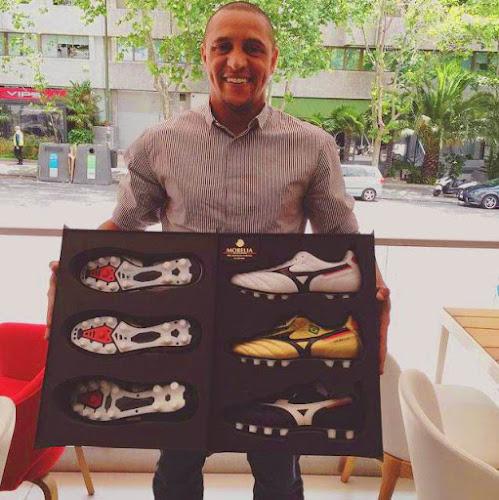 Roberto Carlos Joins Real Madrid Wearing Mizuno Morelia Boots ... be6cef0f642