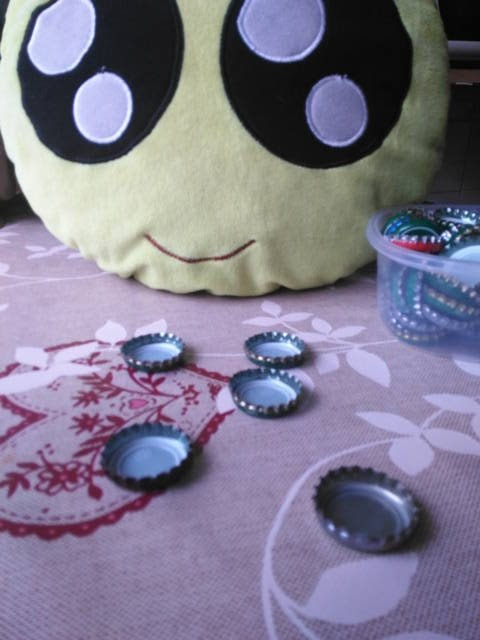 Cómo hacer velas con chapas de refresco - Limpiando las chapas