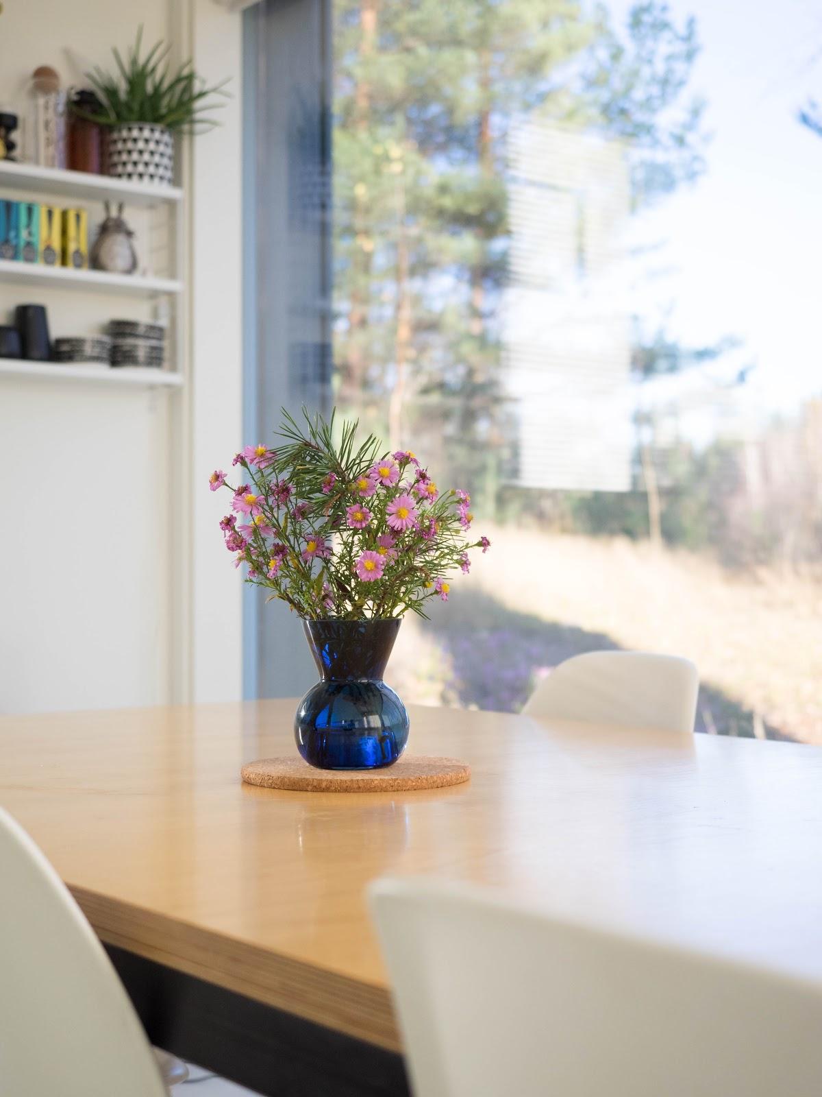 Talostakoti keittiö, kukkia pöydällä