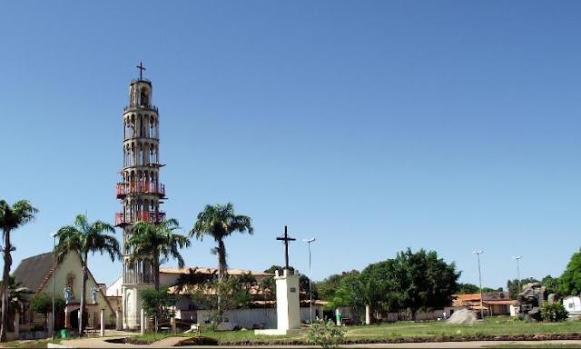 Igreja de Sant'Ana em Montes Altos com réplica da Torre de Pizza.