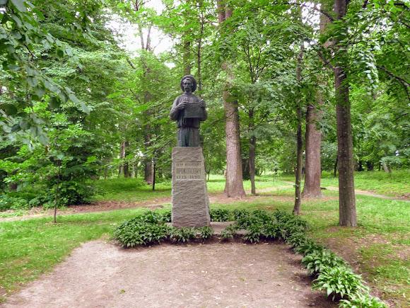 Батурин. Парк Кочубея. Памятник П. И. Прокопович