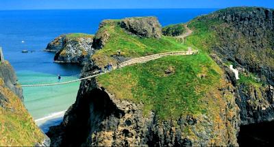 Un puente de cuerda en el Condado de Antrim, Irlanda.