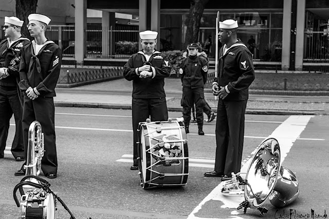 Foto Blanco y Negro.Grupo de marinos de la banda de la armada estadounidenses esperando para hacer su pasada en el Bicentenario.