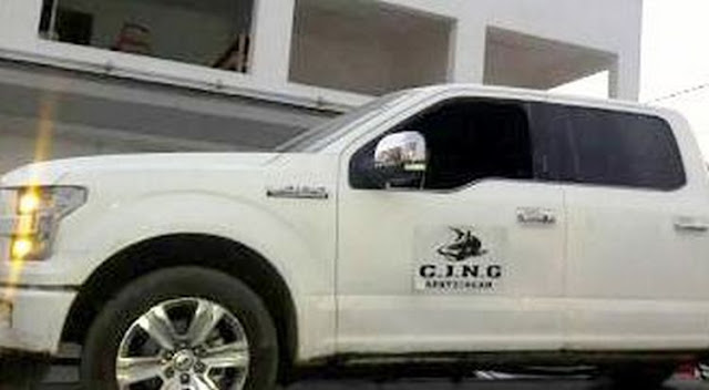 Elementos de la SEDENA aseguran armamento, camioneta y uniformes con insignias del CJNG en Michoacán