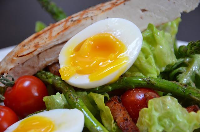 De salade met een mooi zachtgekookt eitje
